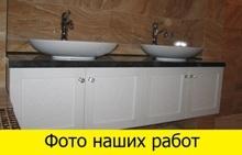 установленная мебель для ванной комнаты